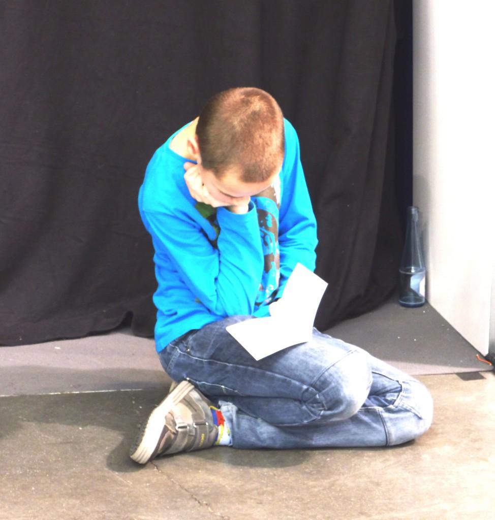 Inmidden van alle drukte zaten jongeren op de grond te lezen. In hun leesbubbel, helemaal weggezonken in een andere wereld.
